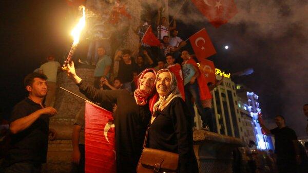 Grupos simpatizantes de Erdogan y su gobierno se concentraron en la plaza Taksim de Estambul para respaldar al gobierno.