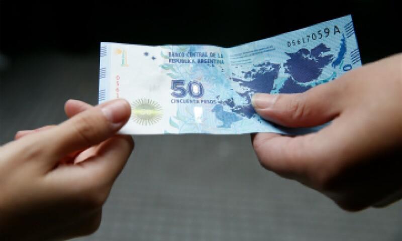 El peso argentino mayorista se devaluaba este jueves un 29.8% frente al dólar en los primeros negocios. (Foto: iStock by Getty Images)