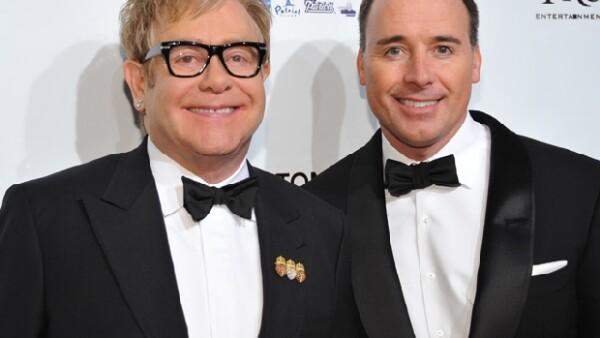 El cantante y su esposo David Furnish se convirtieron en padres de un niño esta Navidad, gracias a un vientre de alquiler.
