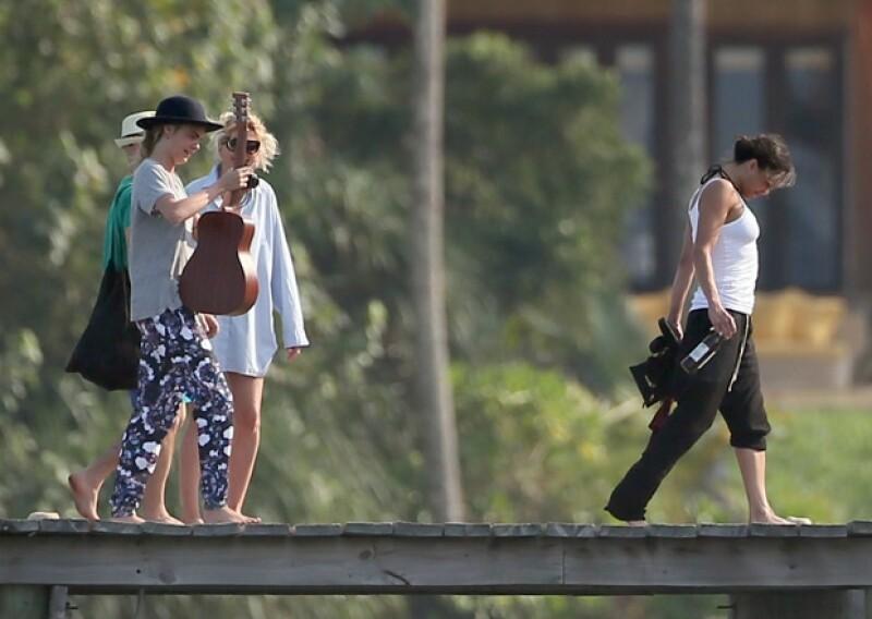Días previos al desfile de Cara para Chanel, la modelo y la actriz viajaron a Tailandia en donde se notó que su vínculo crece cada día.
