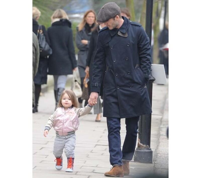 Aprovechando su tiempo libre, David Beckham dio un paseo con su adorable hija, que vestía con un look muy urbano, muy diferente a las ocasiones en que Victoria la lleva consigo.