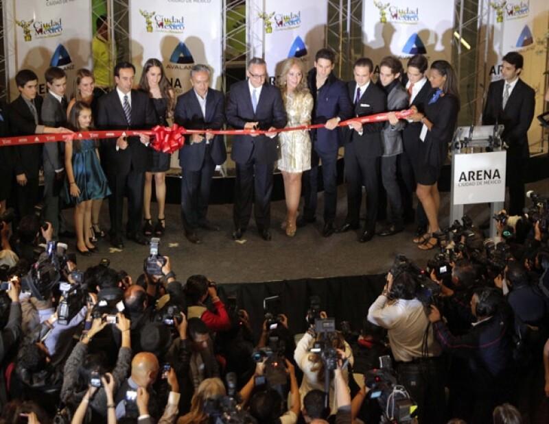 El candidato del PRD al gobierno capitalino Miguel Ángel Mancera, así como Jorge Garralda y la periodista de TV Azteca Mónica Castañeda cortaron el listón inaugural.