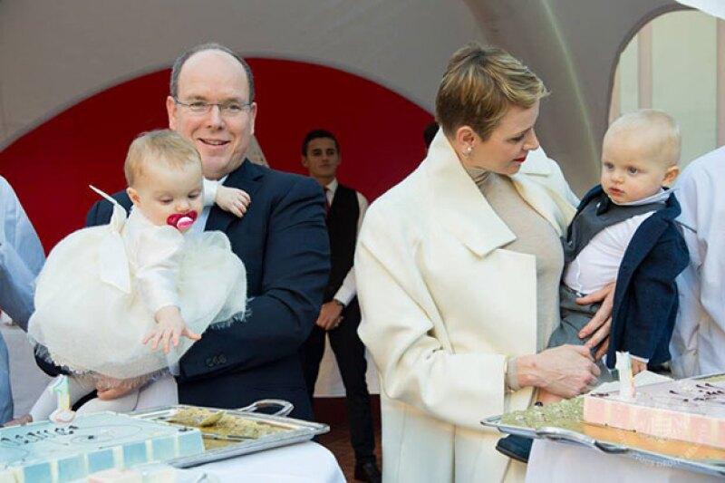 El príncipe Alberto en la celebración por el cumpleaños 1 de sus gemelos.