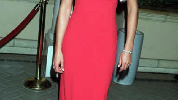 2000: Después de casarse con Brad Pitt, el estilo de Jen dio un giro. Este vestido rojo de Prada fue su boleto de entrada a las listas de las mejor vestidas en los Emmy.