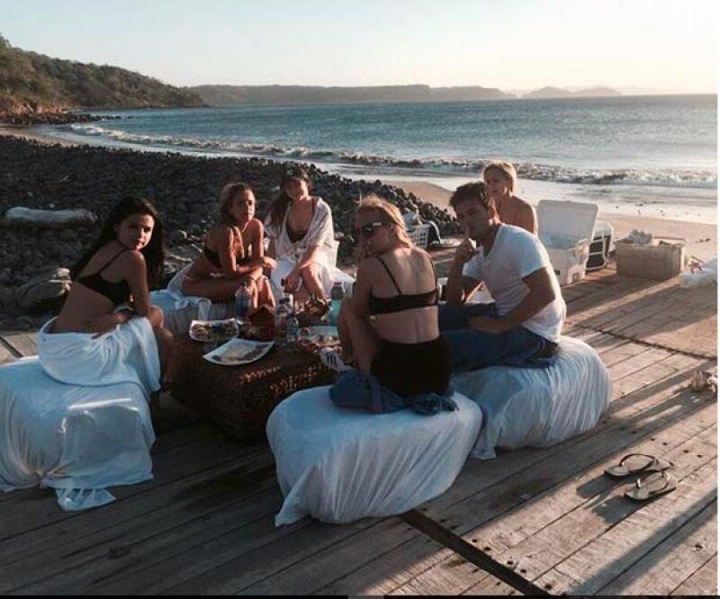 Hace dos semanas, Samuel compartió esta foto en la que aparece Selena y otros amigos.
