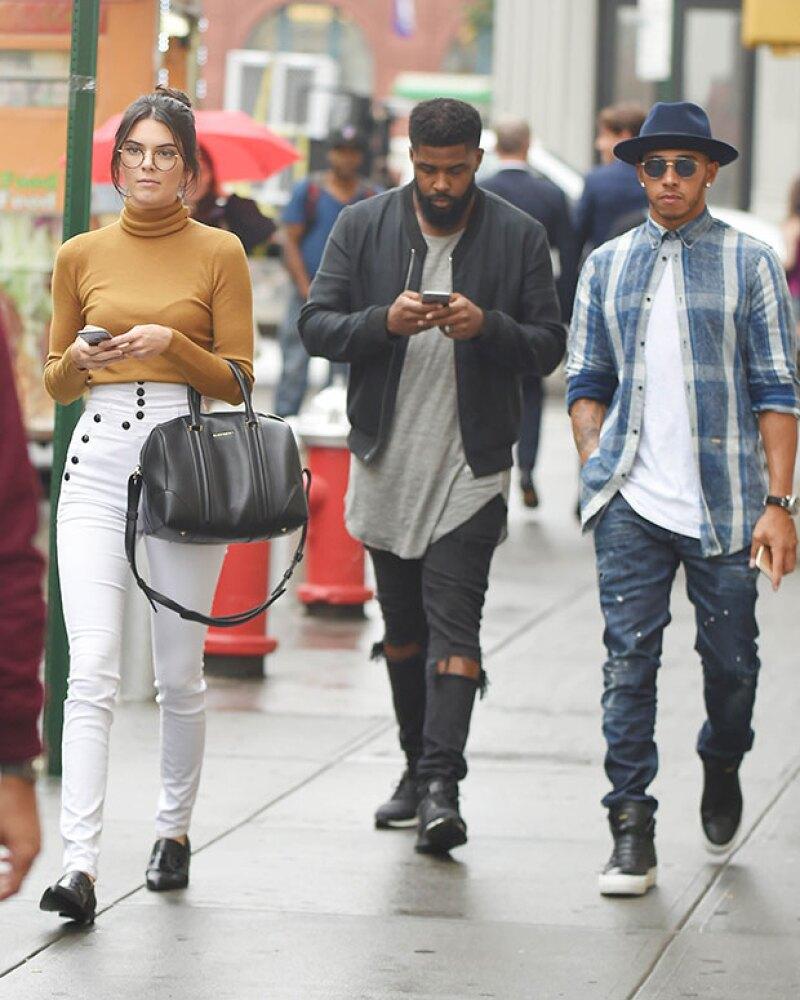 La modelo y el corredor de autos son vistos ahora paseando por las calles de Nueva York y se dice que Kris Jenner ya lo aprobó para su hija.