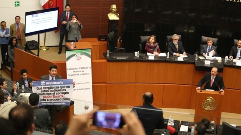 el senador Javier Corral protesta durante la comparecencia de Cesar Duarte, gobernador de Chihuahua en el Senado