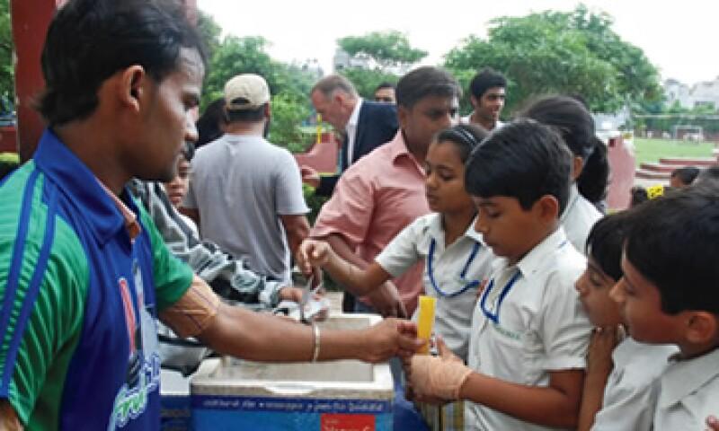 El 18 de septiembre de 2012, uno de los distribuidores de Great Food and Beverages les llevó congeladas a los niños de la Bharat National Public School en Nueva Delhi. (Foto: Ana Gabriela Rojas Rentería)