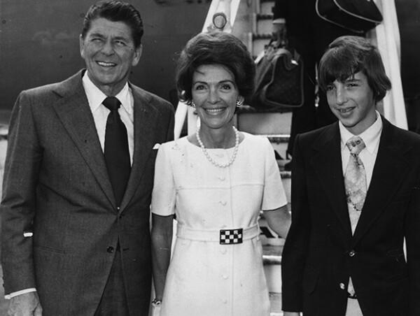 Nancy Reagan junto a su esposo Ronald Reagan y su hijo Ronald Reagan Jr.