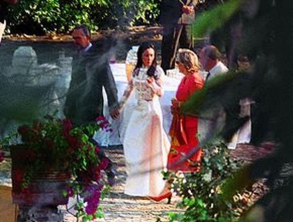 Al terminar la ceremonia, todos pasaron al jardín principal donde disfrutaron de un rico menú, servido por Banquetes Mayitam que constó de Mouse de salmón, sopa de betabel, filete al tequila y el tradicional pastel de novios como postre, además de una gr