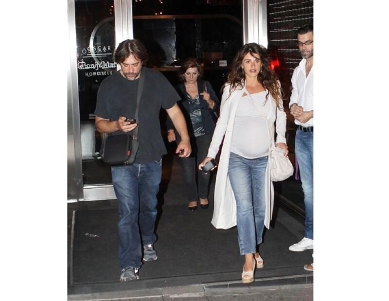 La actriz junto a su esposo Javier Bardem acudieron el viernes por la noche a la presentación de Asier Etxeandía donde la española se paró a bailar.
