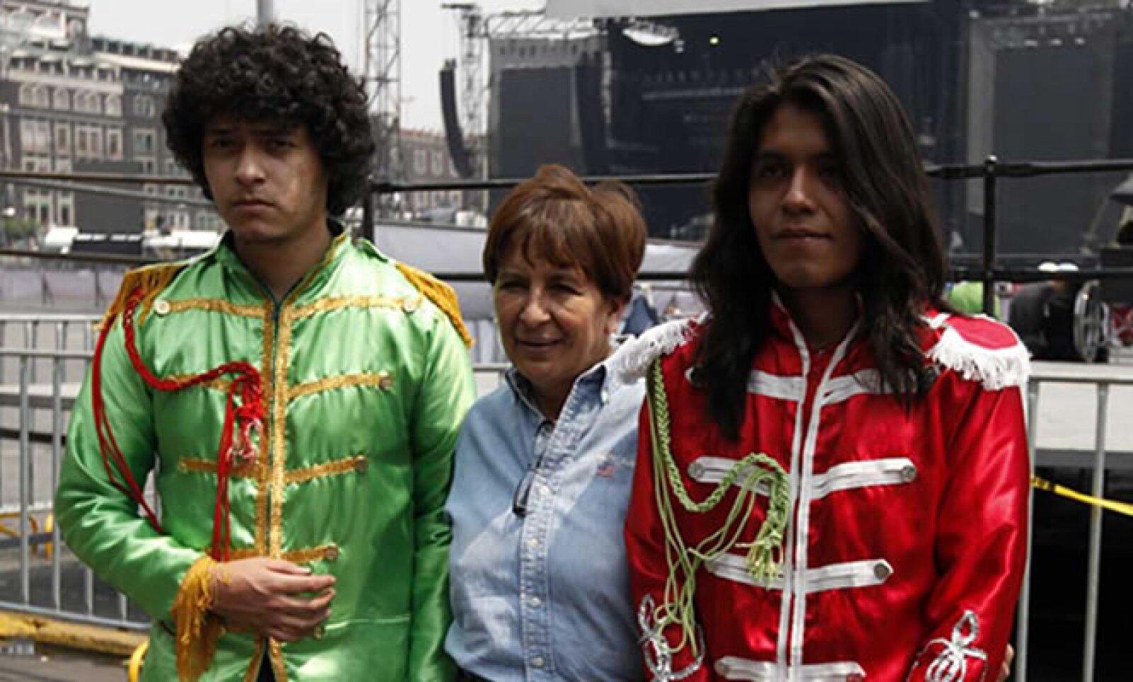 Algunos fans se disfrazaron como el 'Cuarteto de Liverpool' para ver el concierto de McCartney, que empezará a las 20:00 horas.