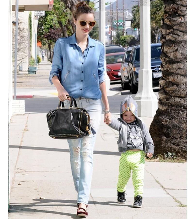 La modelo australiana disfruta de sus tardes libres en Los Ángeles para dedicarle tiempo de calidad a su hijo Flynn, de 2 años.