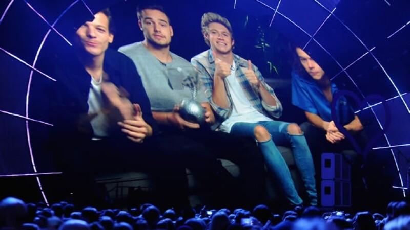 Cuatro de los cinco integrantes de One Direction agradecieron a sus fanáticos ser los máximos ganadores de los MTV EMA 2014