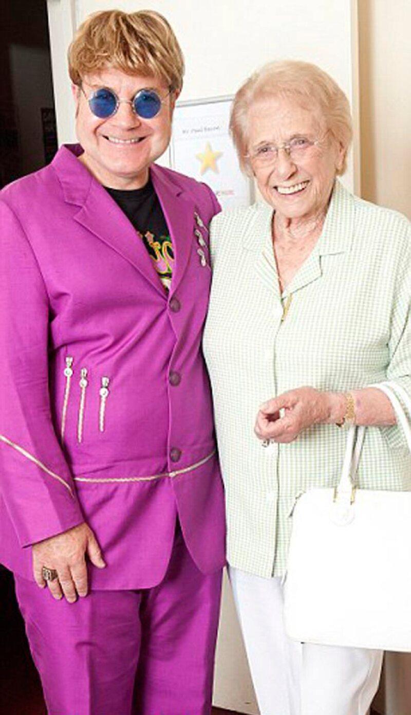 Sheila Farebrother, mamá de Elton John, mantiene una relación muy cercana con su imitador, pues sigue sin dirigirle la palabra al músico.