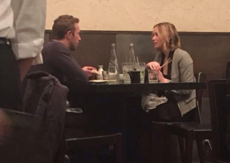 Fotos evidencian que la actriz de &#39Hunger Games&#39 y el vocalista de Coldplay han retomado su romance, pero fuentes aseguran que esta vez han decidido tomárselo con calma y verse solo de vez en cuando.