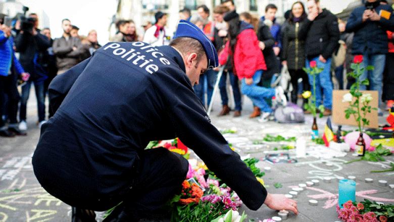 Un policía enciende una vela por todas las familias afectadas. (Getty Images)