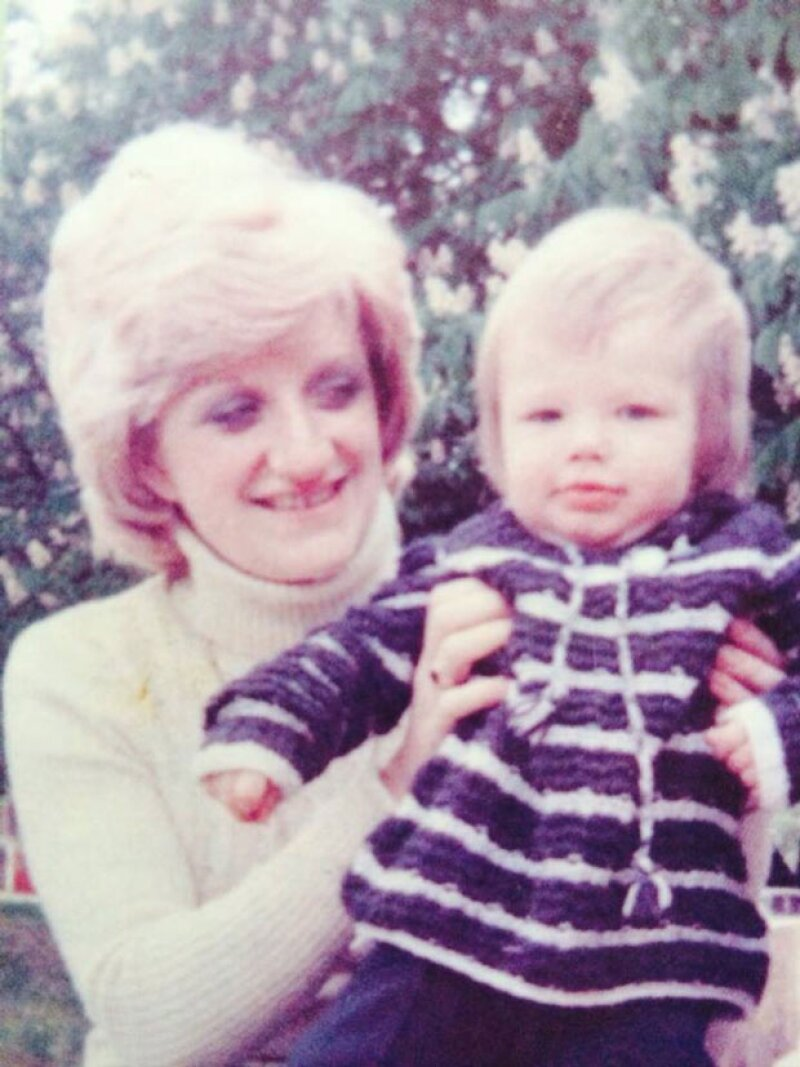 En Inglaterra hoy se celebra una fecha muy especial en honor a las mamás, por lo que el ex futbolista publicó un tbt en el que aparece con su madre.