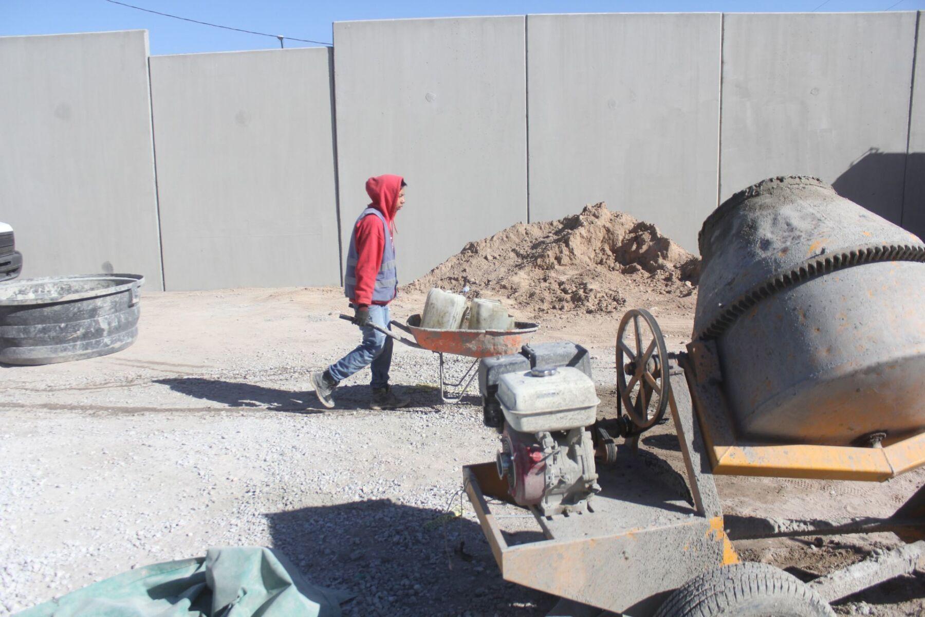 Obreros continúan construyendo barda de seguridad en Comisión Estatal de Seguridad