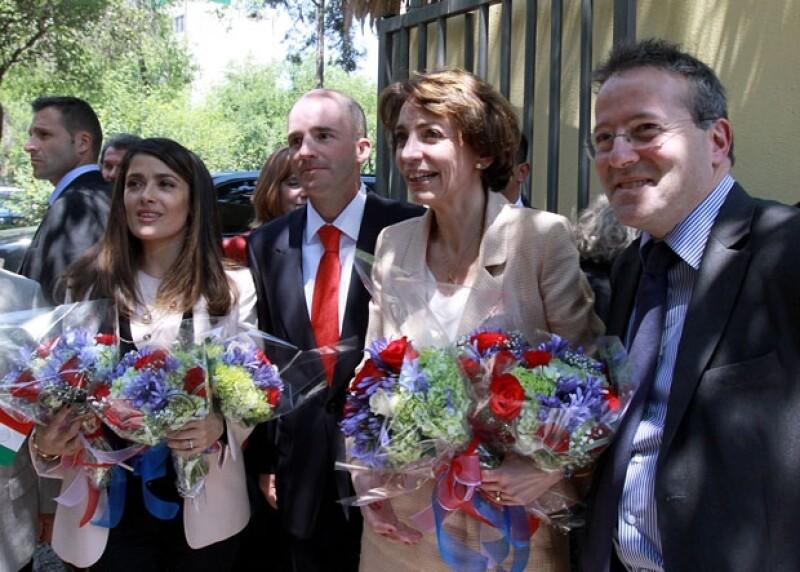 Salma Hayek acompañada de autoridades francesas antes de entrar a la guardería.