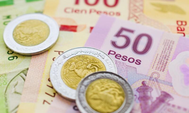 En ventanillas de bancos y casas de cambios, el dólar operaba en 12.98 pesos a la venta. (Foto: Getty Images)