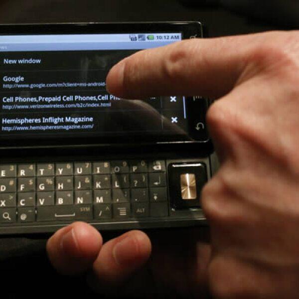 Motorola, junto con Verizon, presentaron el miércoles el teléfono Droid, el primer equipo que usa el sistema operativo Android 2.0 de Google. Saldrá a la venta el 6 de noviembre en Estados Unidos con un costo de 199.99 dólares.