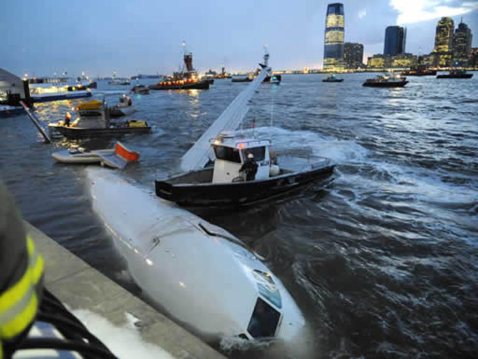Expertos consideraron que el aterrizaje en agua sin que se rompiera fue extraordinario. Es increíble que pudiera aterrizar sin romperse, indicó Max Vermij, investigador del Accident Cause Analysis.