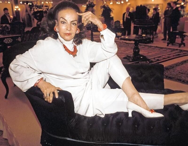 María en el París de 1990, en una venta de muebles de su colección Napoleón III.