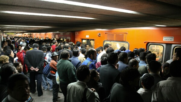 El Metro de la capital mexicana está rebasado en su capacidad por las millones de personas que lo utilizan.
