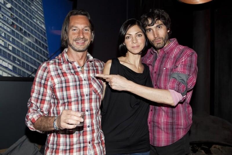 Benny y su esposa con el productor.