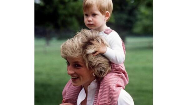 El exguardaespaldas de Diana estuvo muy cerca de sus hijos durante sus primeros años. Aquí la princesa con Harry.