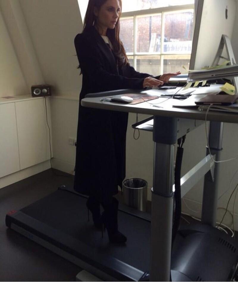 """La diseñadora compartió a través de Twitter una fotografía en la que la vemos utilizando un """"escritorio-caminadora"""" muy útil para una mujer multi-task como ella."""