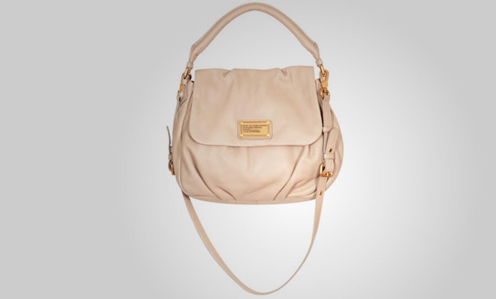 Estilo 'mensajero', esta bolsa está fabricada en piel y es ajustable por sus correas.