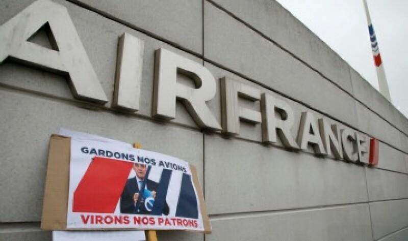 """Un cartel con la imagen de Alexandre de Juniac y la leyenda """"dejen nuestros aviones, saquen a los jefes"""" (Foto: Reuters)"""