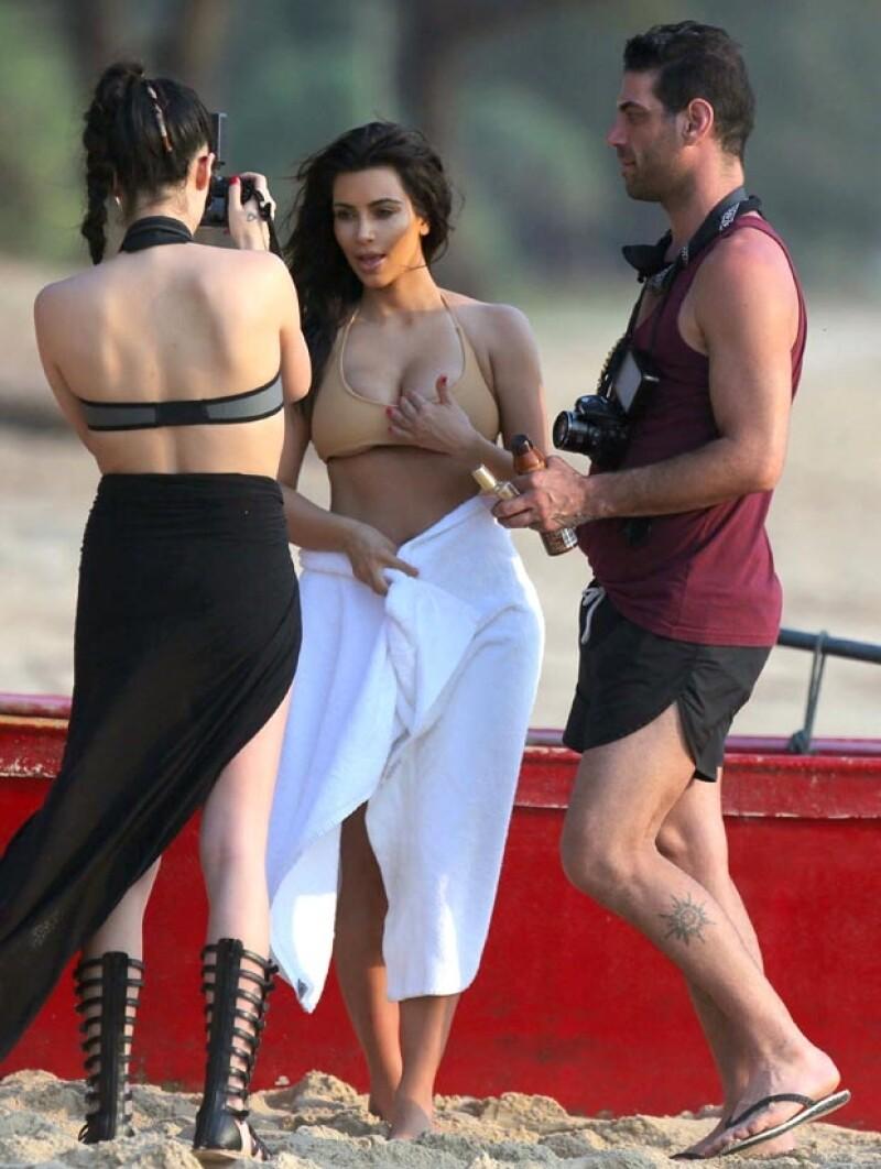 Aprovechando su estancia en Tailandia, la hermana más famosa del clan realizó una sesión en el mar donde aparece con un bikini color nude muy revelador.