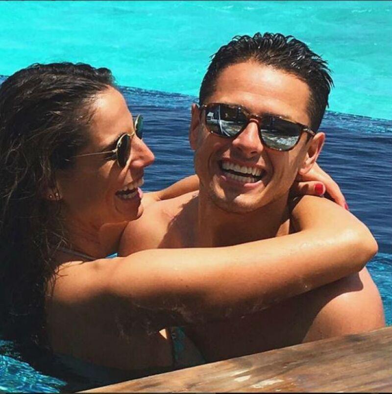 El futbolista mexicano cumplió 28 años este miércoles y los celebró con un gol, que dio el triunfo a la Selección Mexicana contra Chile, y rodeado de amor de su novia, Lucía Villalón.