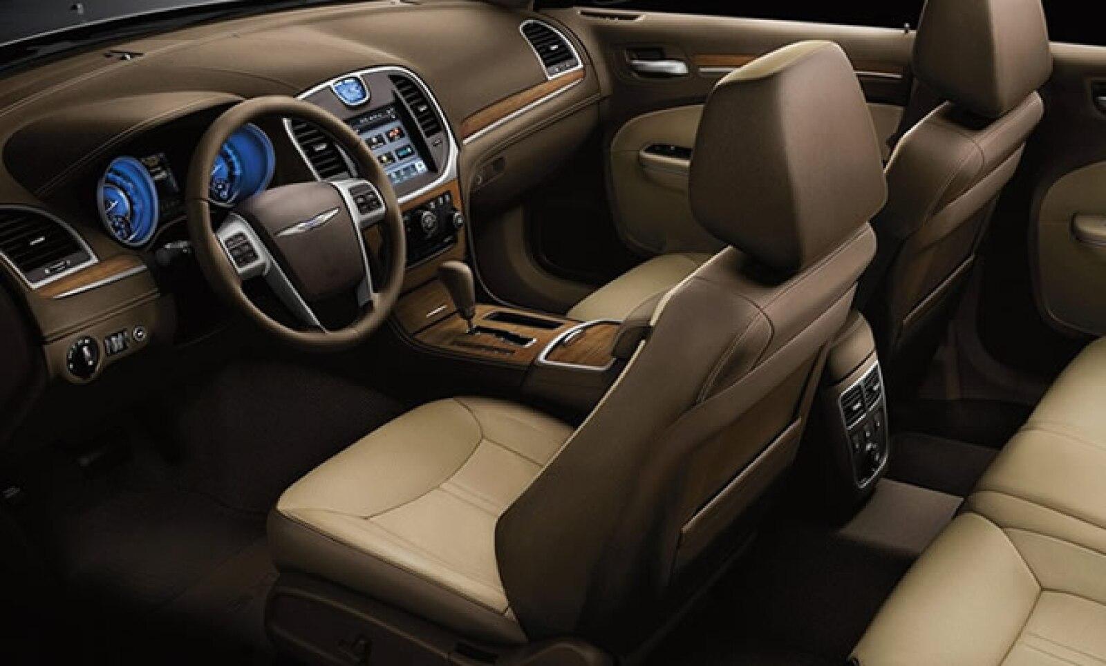 El interior de este modelo se ofrece con acabados de piel en color negro o 'mochachino', además de tener madera en su panel de manejo.