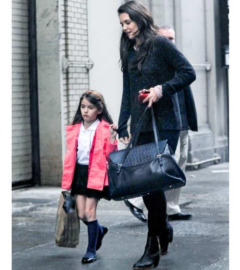 Sorprende cómo la hija de Katie Holmes está dejando atrás sus facciones de niña chiquita y crece con rapidez.