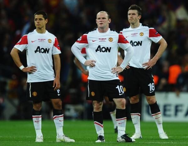 Javier Hernández y sus compañeros del Manchester United decepcionados por perder la final.