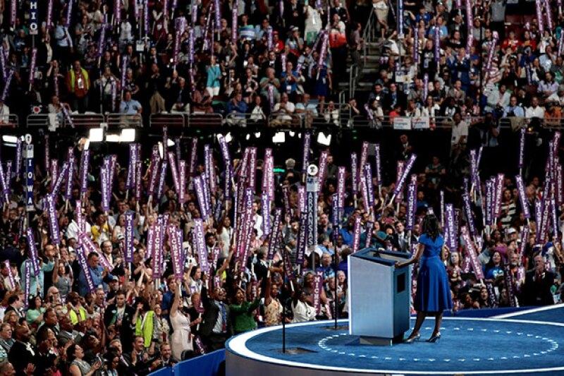 Michelle llamó al público a 'no dejar que nadie les diga que Estados Unidos no es grande', haciendo referencia a los mensajes de Trump.