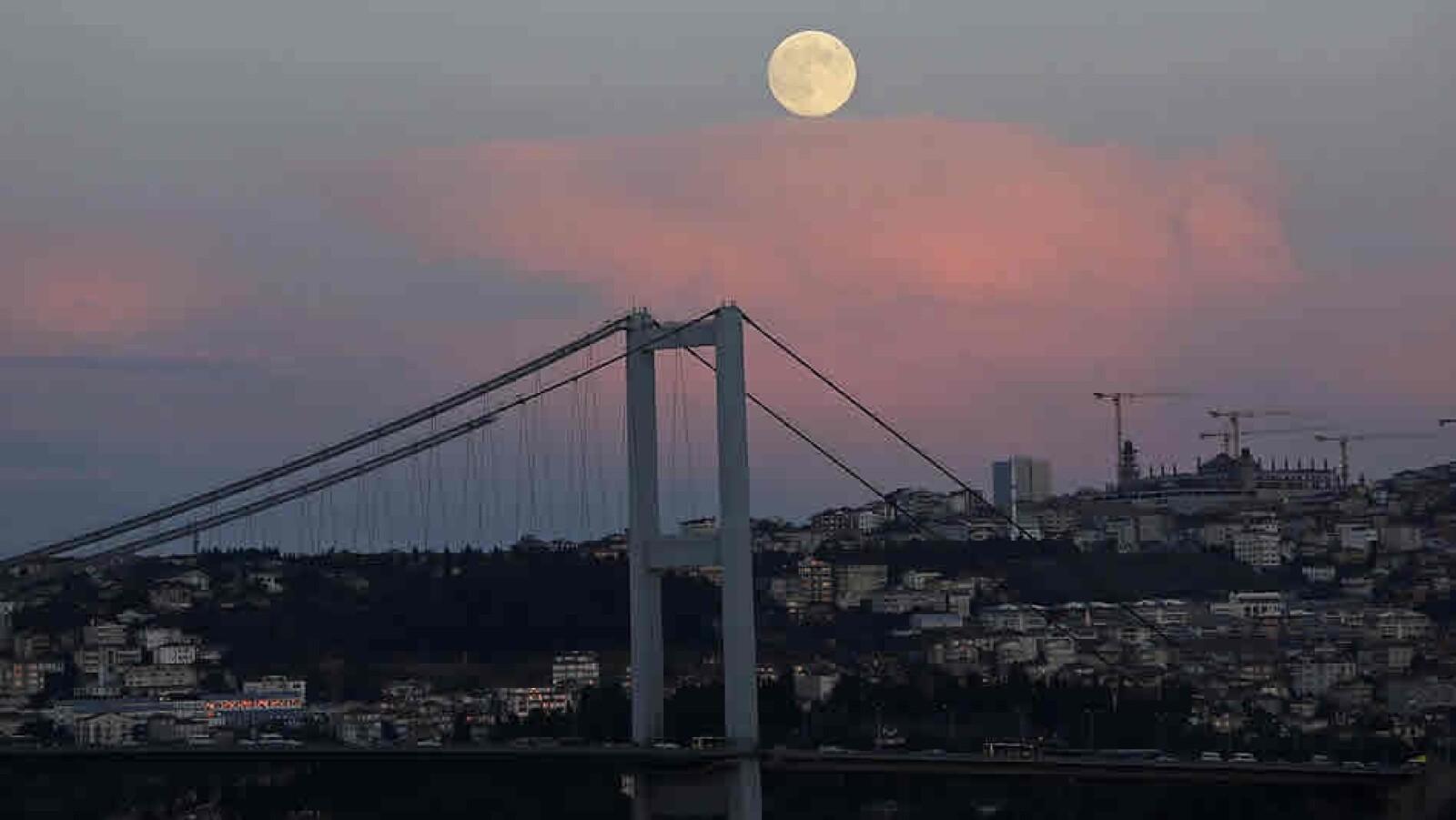 Superluna Estambul Turquia puente Bosforo