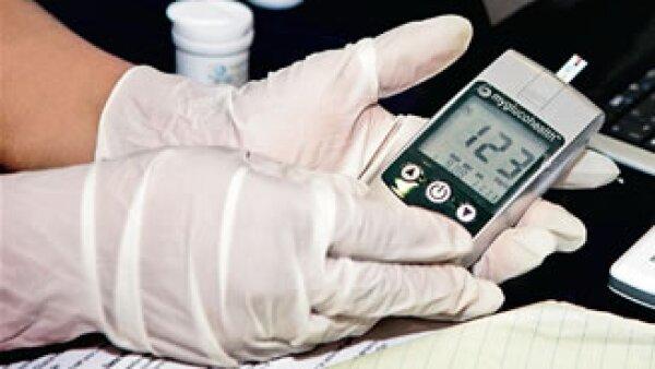 Este dispositivo mide la glucosa en la sangre de los pacientes de la clínica 27 del IMSS en Tijuana, Baja California, y envía de inmediato la información al médico. (Foto: Especial)