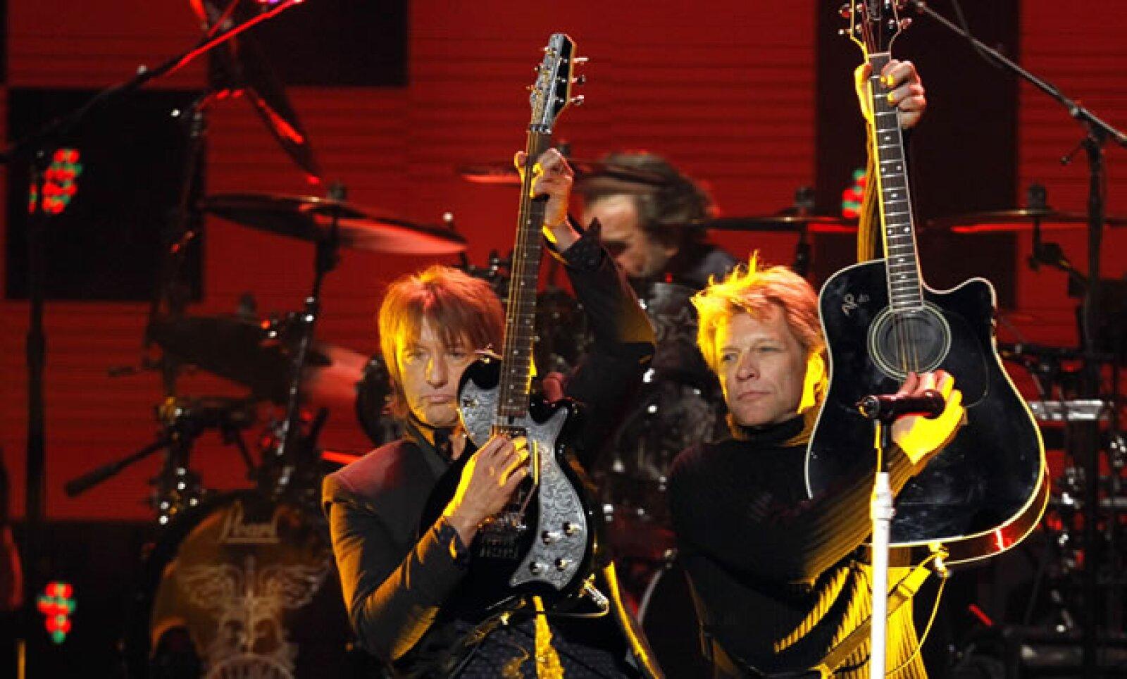 Bon Jovi es originario de New Jersey, donde muchas casas de la costa fueron destruidas por el paso del fenómeno. 'Living on a Prayer' fue coreada al unísono.