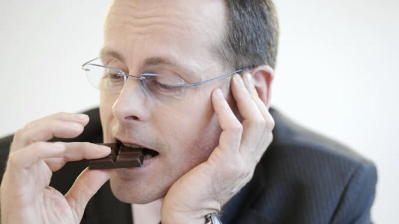 Hombre consumiendo chocolate