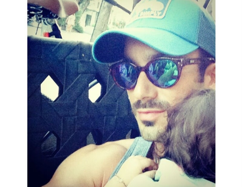 Aarón demuestra ser un padre amoroso, emocionado con Erin y su próximo bebé.