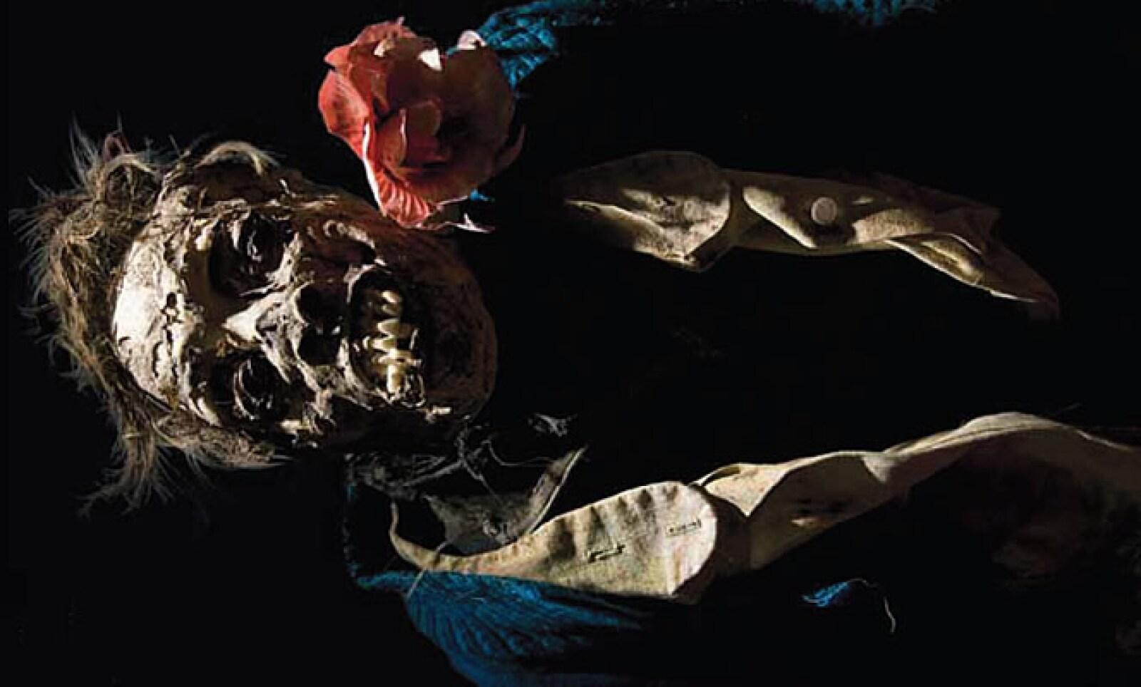 El proceso de momificación se produce por el sellado hermético que le da una capa de cemento vertida al nicho mortuorio.