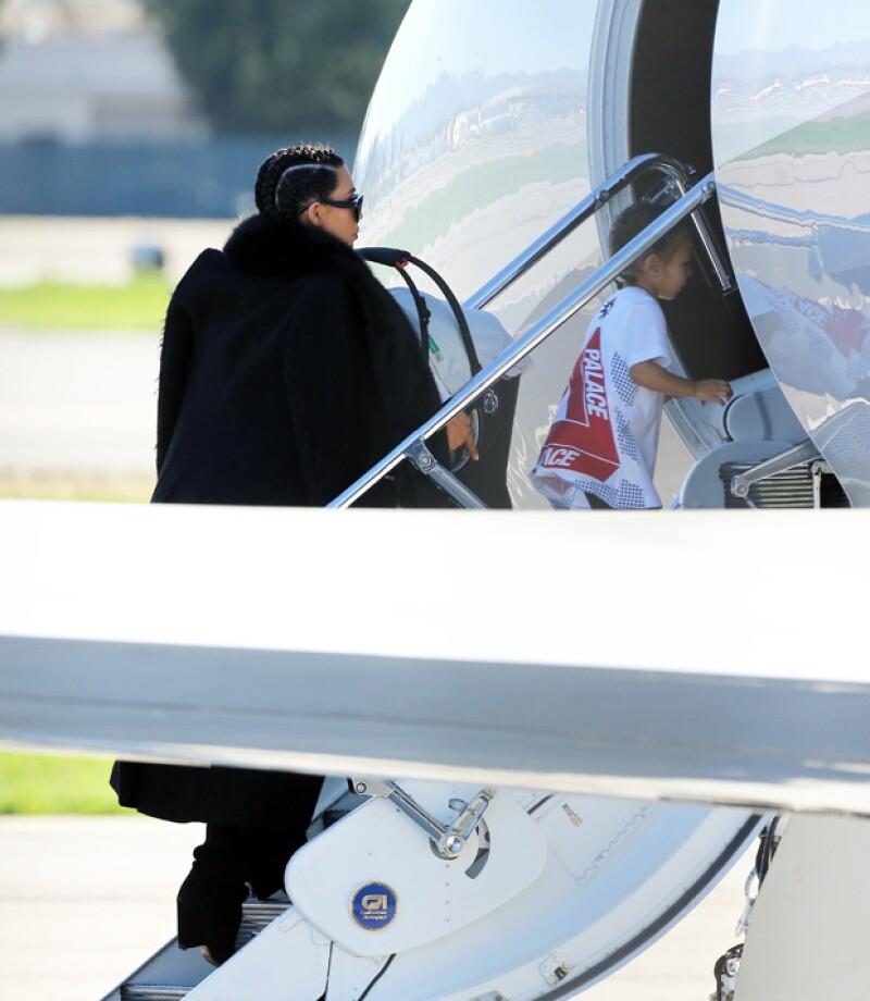 Kim había sido muy cautelosa de que ningún paparazzi fotografiara a su segundo hijo. Aquí la vemos hace dos semanas subiendo a un jet con Saint y North.