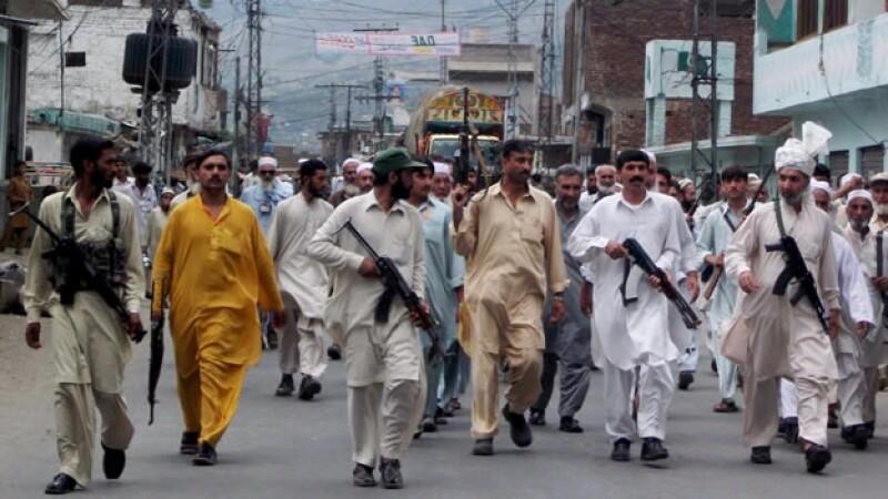 Militantes talibanes marchan