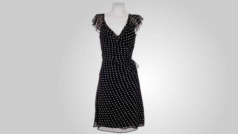 Iniciamos con este vestido negro en seda con toques en color blanco, ideal para una salida en fin de semana.