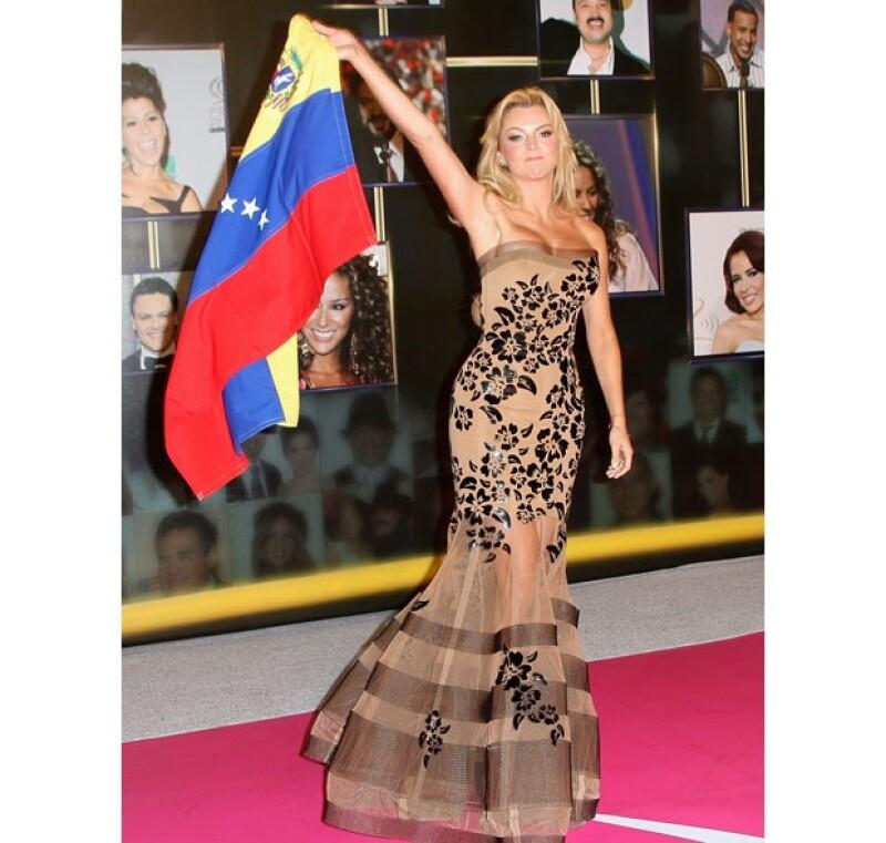 Luciendo un vestido elegante para la ocasión, la venezolana no dejó pasar la oportunidad de apoyar a su país frente a los reflectores mediáticos.